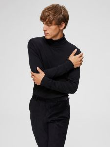 selected-miesten-pooloneule-tower-roll-neck-musta-1