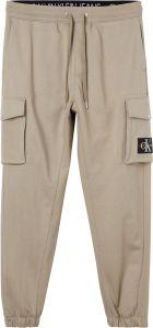calvin-klein-jeans-miesten-collegehousut-cargo-badge-fleece-pant-beige-1