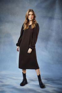 claire-naisten-neulemekko-deeba-dress-100-merino-tummanruskea-1