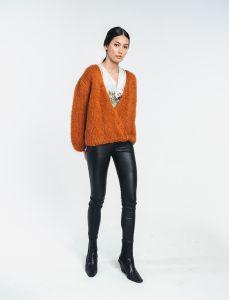 halo-naisten-neule-huurre-handknitted-wrap-knit-konjakinruskea-1