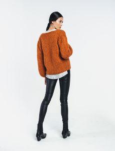halo-naisten-neule-huurre-handknitted-wrap-knit-konjakinruskea-2