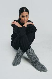 halo-unisex-palmikkosukat-kaarna-handknitted-woolen-socks-vaaleanharmaa-2