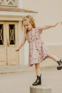kaiko-lasten-mekko-breeze-dress-poppy-field-beige-kuosi-1