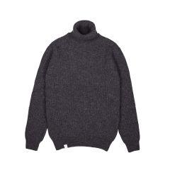 makia-miesten-villapaita-isle-organic-wool-roll-neck-tummanharmaa-1