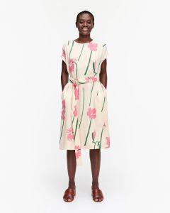 marimekko-naisten-mekko-hietsu-torin-kukat-mekko-vaaleanpunainen-kuosi-2