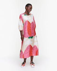 marimekko-naisten-mekko-jylha-mansikkavuoret-mekko-vaaleanpunainen-kuosi-1