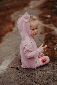 metsola-lasten-huppari-bear-hoodie-vaaleanpunainen-1