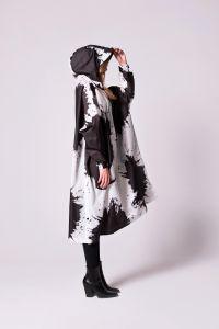 rainkiss-naisten-sadeponco-paint-splashes-mustavalkoinen-1